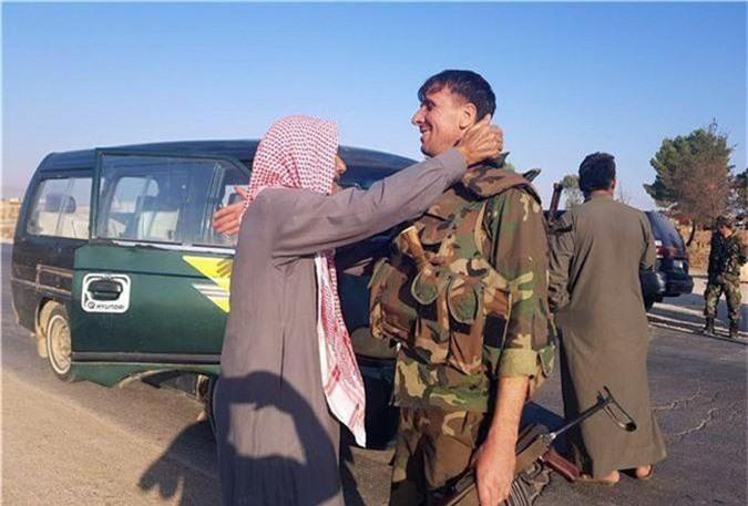 Tro lai Tal Tamr, quan doi Syria mang theo nhieu vu khi hang nang-Hinh-9