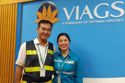 Chị Phùng Thị Ngọc, nữ nhân viên VIAGS đã phát hiện tài sản có giá trị tương đương gần 1 tỷ đồng trên chuyến bay của hãng hàng không Singapore Airlines. Chị Phùng Thị Ngọc (bên phải), nữ nhân viên VIAGS đã phát hiện tài sản có giá trị tương đương gần 1 tỷ đồng trên chuyến bay của hãng hàng không Singapore Airlines.