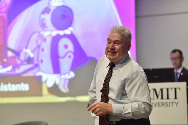 Giám đốc Đại học RMIT - ông Martin Bean, người được phong tước Sĩ quan Hoàng gia Anh CBE (chính giữa) chụp ảnh cùng khách mời vàđại diện Đại học RMIT
