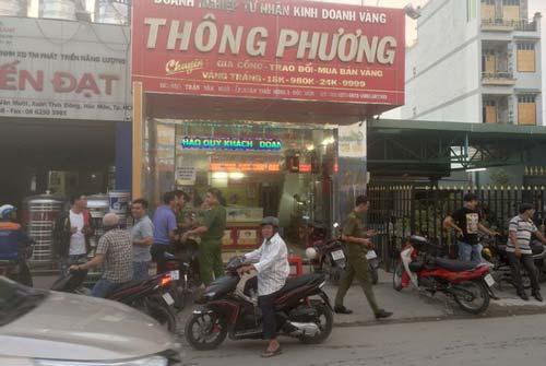 Hai thanh niên nổ súng cướp tiệm vàng ở Sài Gòn