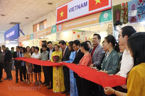 Cắt băng khai trương gian hàng Việt Nam tại Hội chợ thương mại quốc tế Ấn Độ. Ảnh: TTXVN