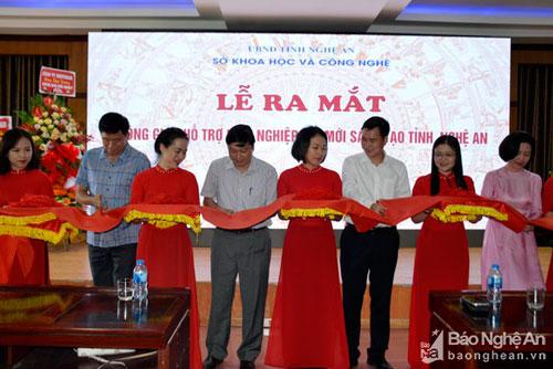 Cắt băng khánh thành lễ ra mắt Không gian hỗ trợ khởi nghiệp đổi mới sáng tạo tỉnh Nghệ An. (Ảnh: Báo Nghệ An)