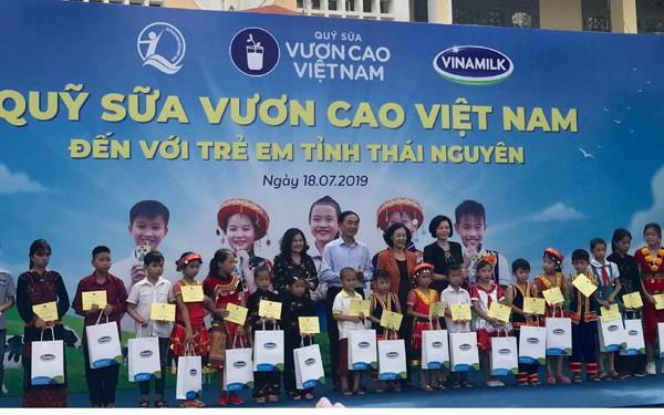 Bà Trương Thị Mai - Ủy viên Bộ Chính trị, Bí thư Trung ương Đảng, Trưởng ban Dân vận Trung ương trao những hộp sữa của Quỹ sữa vươn cao Việt Nam đến các em học sinh tham dự chương trình