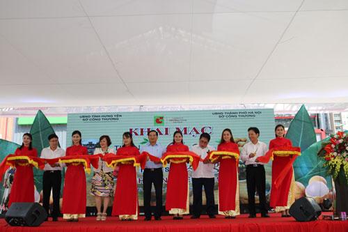 Nghi thức cắt băng khai mạc Tuần lễ Nhãn lồng và nông sản tỉnh Hưng Yên năm 2019.