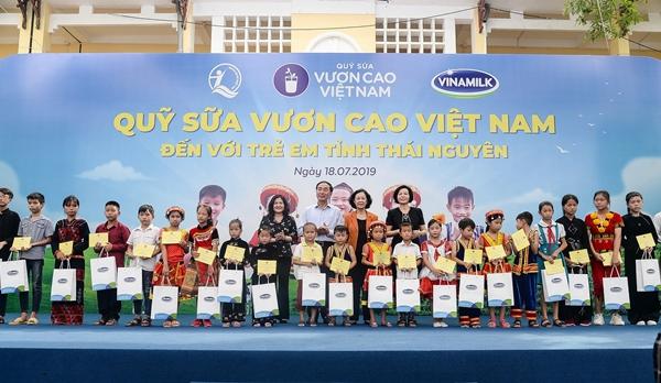 Niềm vui uống sữa trên gương mặt các em học sinh trường tiểu học Quy Kỳ, huyện Định Hoá, tỉnh Thái Nguyên.