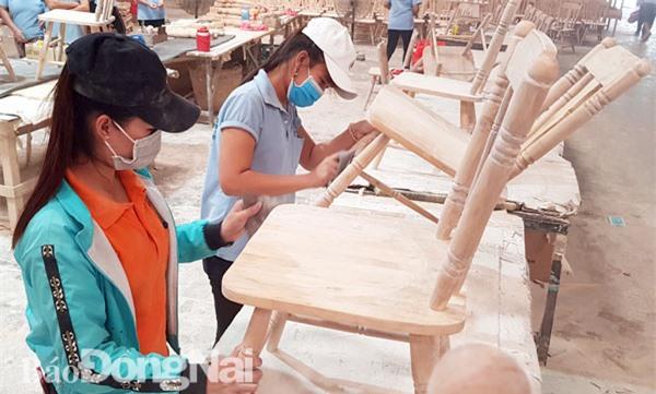 Các sản phẩm gỗ xuất khẩu là mặt hàng chủ lực của Đồng Nai trong xu thế FTA Trong ảnh: Sản xuất đồ gỗ xuất khẩu tại Công ty TNHH Hoài Phú Long (huyện Vĩnh Cửu). Ảnh: H.Quân