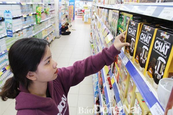 Cà phê được đánh giá là mặt hàng có lợi thế cạnh tranh tốt của Việt Nam khi các hiệp định thương mại tự do (FTA) có hiệu lực. Trong ảnh: Người tiêu dùng chọn mua sản phẩm cà phê của Việt Nam tại Co.opmart Biên Hòa. Ảnh: Hải Quân