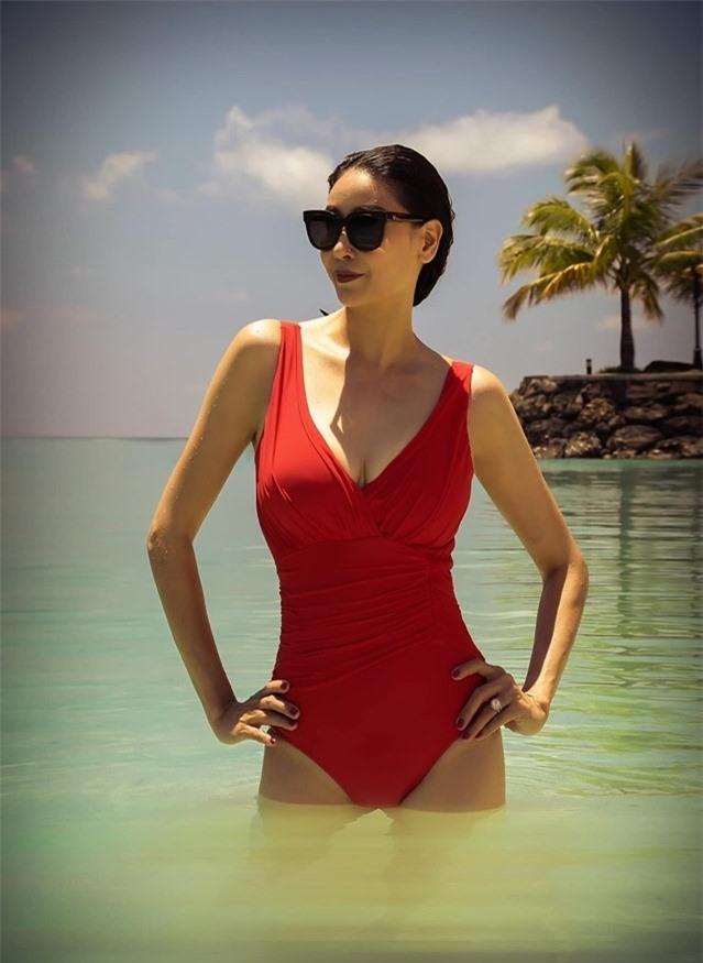 Hoa hậu 3 con Hà Kiều Anh diện bikini khoe dáng đẹp lấn át cảnh ở tuổi 43
