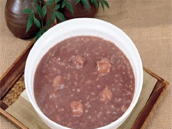 Người bệnh nên ăn cháo gạo lức thường xuyên để tăng cường sức đề kháng, giảm các triệu chứng hắt hơi, chảy mũi