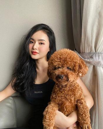 Hình ảnh em gái Phương Trang thường xuyên xuất hiện trên trang cá nhân của Angela Phương Trinh. So sánh với thời điểm Phương Trang còn hoạt động showbiz, khán giả cho rằng hiện tại trông cô xinh đẹp, đường nét gương mặt sắc sảo hơn.