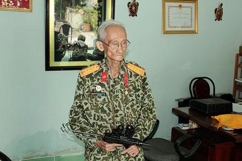 Đại tá Lê Bá Ước (bí danh Lê Lai) sinh ngày 12/4/1931 trong một gia đình và làng quê giàu truyền thống yêu nước cách mạng ở xã Vĩnh Hòa Hưng, huyện Gò Quao, tỉnh Rạch Giá (nay là tỉnh Kiên Giang). Ông tham gia cách mạng từ năm 1945. Trong kháng chiến chống Pháp, tham gia Vệ Quốc đoàn, Ban Tình báo C70. Năm 1954, ông tập kết ra miền Bắc. Năm 1965, ông vượt Trường Sơn trở về miền Nam chiến đấu, công tác cho đến lúc nghỉ hưu với quân hàm Đại tá. Ảnh BTĐC.