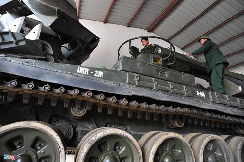 Để đáp ứng các yêu cầu trong tình hình mới, nhiều nhiệm vụ mới, phức tạp hơn, nặng nề hơn, giai đoạn 2005-2006, Việt Nam đã mua và trang bị một số xe công binh thế hệ mới IMR-2M cho binh chủng công binh sử dụng. Đây là một trong những phương tiện công binh hiện đại nhất của Nga và xếp top đầu trên thế giới. Ảnh: Xe công binh IMR-2M tại đơn vị bộ đội Công binh Việt Nam. Nguồn ảnh: Zing.vn