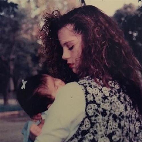 Chiêm ngưỡng nhan sắc đỉnh cao của mẹ Selena Gomez thời trẻ - Ảnh 2