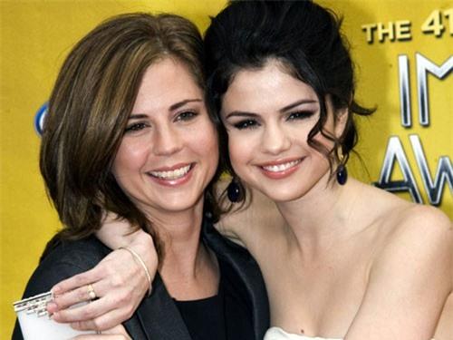 Chiêm ngưỡng nhan sắc đỉnh cao của mẹ Selena Gomez thời trẻ - Ảnh 4
