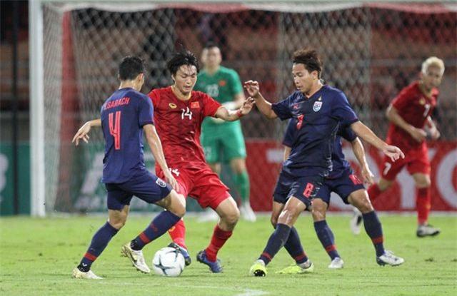 HLV Kiatisuk chê lối chơi của đội tuyển Việt Nam - 2