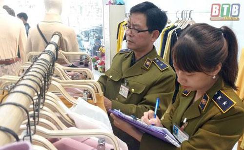 Tạm giữ hơn 400 sản phẩm may mặc nghi vi phạm nhãn hàng hóa