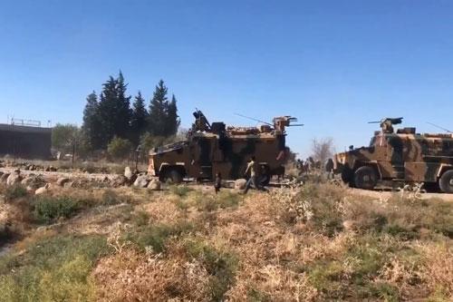"""Dưới sức ép từ Mỹ và châu Âu, quân đội Thổ Nhĩ Kỳ đã phải tuyên bố dừng chiến dịch """" Mùa xuân Hòa bình"""" tại Đông Bắc Syria nhằm đẩy lùi các nhóm vũ trang người Kurd."""
