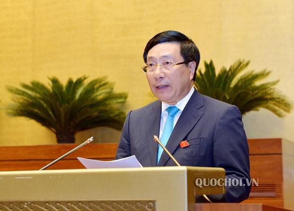 Phó Thủ tướng Chính phủ Phạm Bình Minh trả lời chất vấn của Đại biểu. (Ảnh: VPQH)