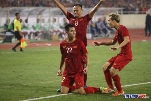 ĐT Việt Nam giành chiến thắng lịch sử sau 12 năm trước UAE. (Ảnh: Văn Hải)