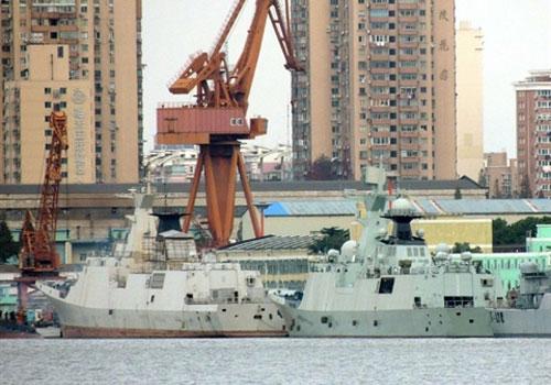 Tàu hộ vệ tên lửa Ma'anshan thuộc Type 054 (phía trước) bắt đầu trải qua quá trình nâng cấp