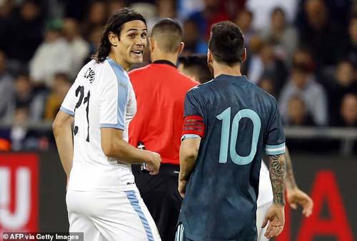 Messi và Cavani đã xảy ra một cuộc tranh cãi gay gắt. Ảnh: Getty Images.