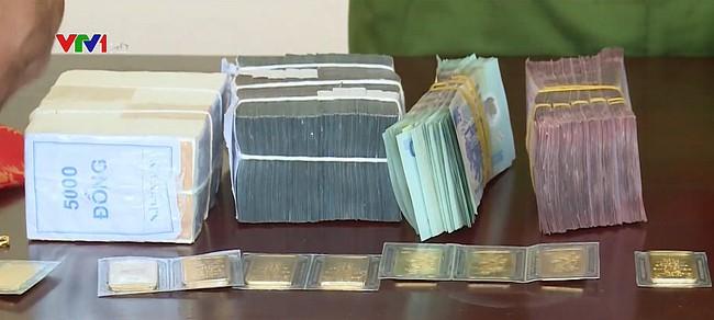 Số tiền và vàng công an thu được từ vụ cướp 2,22 tỷ đồng tại trạm thu phí Long Thành- Dầy Giây (Ảnh: VTV)
