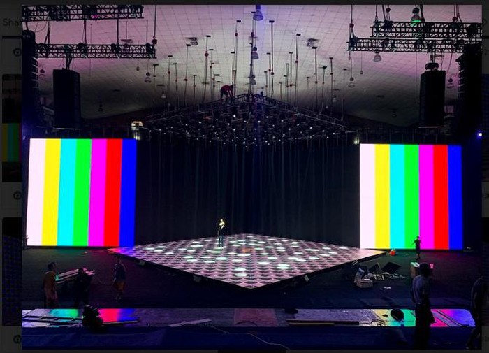 Dàn đèn và loa dày đặc lắp đặt trên trần, buổi sự kiện ra mắt được dự báo sẽ tràn ngập âm thanh và ánh sáng đỉnh cao không kém các event giải trí lớn.