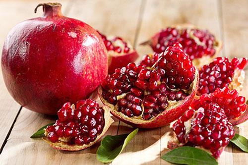 Lựu là loại quả rất giàu nước, vitamin, khoáng chất cần thiết cho cơ thể. Nhiều nghiên cứu cho thấy loại trái cây mọng nước này còn chứa nhiều chất chống oxy hóa và các thành phần chống viêm. Thường xuyên ăn lựu sẽ giúp bạn tăng cường sức đề kháng, ngăn ngừa lão hóa và ung thư.