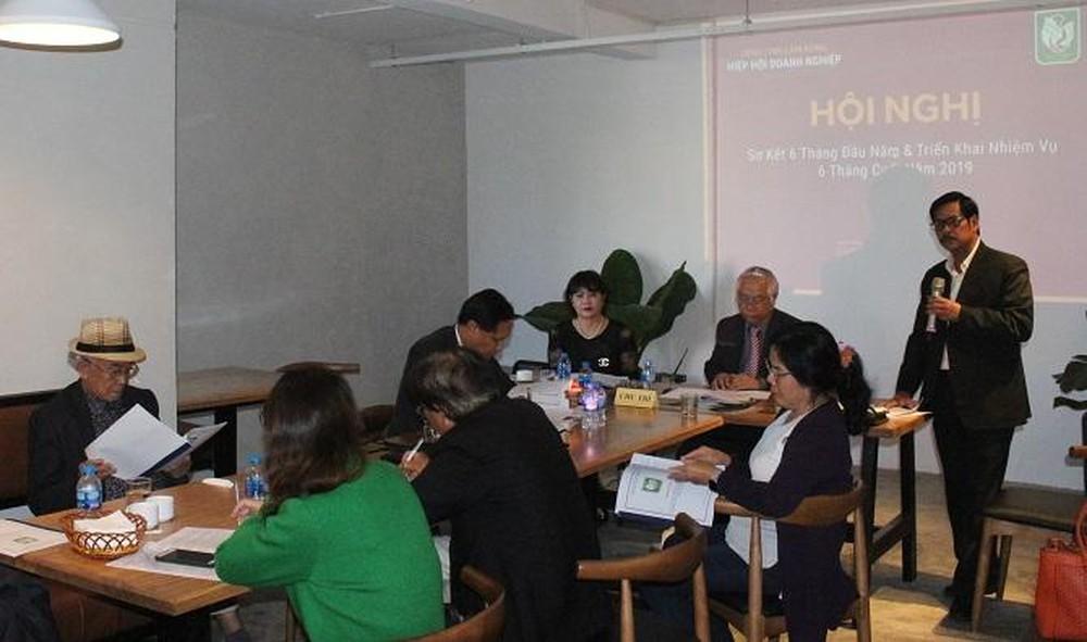Ông Vũ Văn Tư báo cáo kết quả hoạt động của Hiệp hội Doanh nghiệp tỉnh Lâm Đồng trong 6 tháng đầu năm 2019 (Ảnh: VH)