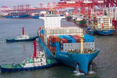 Một tàu container đang neo đậu tại cảng ở Thanh Đảo, phía đông tỉnh Sơn Đông của Trung Quốc. Ành: CNBC.