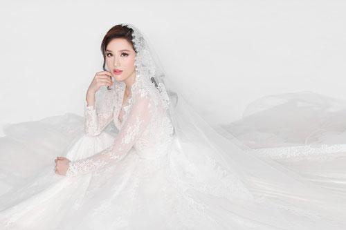 Sau nhiều đồn đoán, cuối cùng ca sĩ Bảo Thy đã xác nhận cô sẽ kết hôn. Lễ cưới được tổ chức tại nhà thờ vào ngày 15/11 và tiệc cưới diễn ra tại một khách sạn sang trọng trên tầng cao nhất của tòa nhà Times Square (TP HCM). Ảnh: Zing.