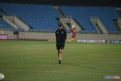 HLV Akira Nishino lo lắng trước trận đấu với Việt Nam. (Ảnh: Lê Thành)