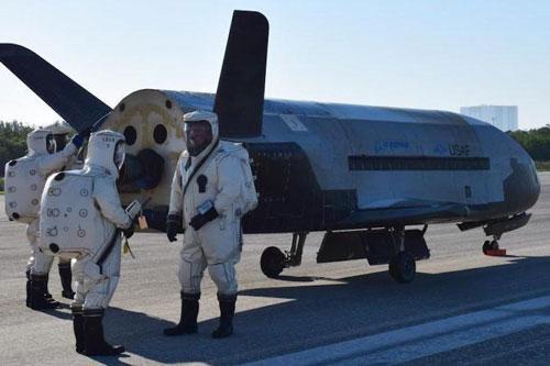 Cuối tuần trước, Không quân Mỹ đã khẳng định rằng trong tương lai, các chiến đấu cơ thế hệ năm của nước này bao gồm hai loại tiêm kích F-22 Raptor và F-35 Lightning II sẽ sớm được kết hợp dữ liệu còn với siêu máy bay vũ trụ tuyệt mật X-37B. Nguồn ảnh: USAF.