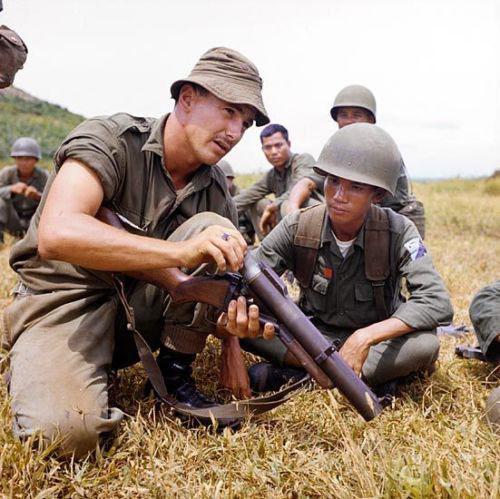 Một trong những loại vũ khí cá nhân được đánh giá là nguy hiểm bậc nhất của Mỹ trong Chiến tranh Việt Nam chính là súng phóng lựu M79. Thậm chí quân đội Việt Nam cùng nhiều quốc gia khác trên thế giới hiện nay vẫn còn sử dụng khẩu súng phóng lựu này trong biên chế do nó quá lợi hại. Nguồn ảnh: Pinterest.