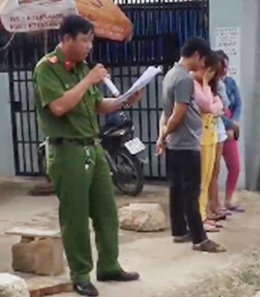 Đại úy Phạm Quốc Hưng đang bị CA huyện kỷ luật vì hành vi làm nhục người khác, bêu tên người mua bán dâm nơi công cộng.