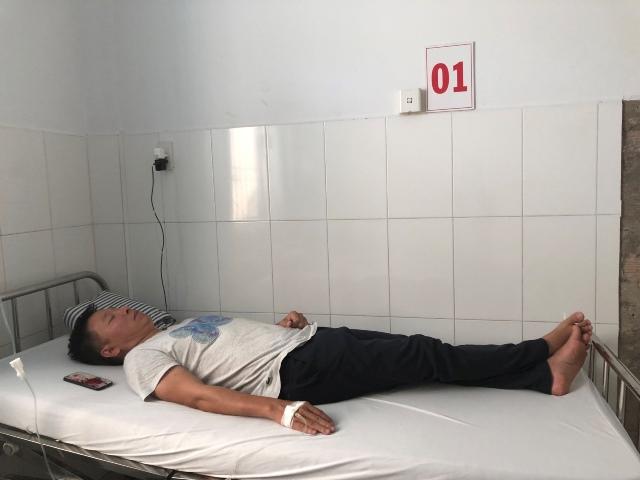 Sau khi rời trụ sở CA thị trấn Dương Đông, ông Hùng phải điều trị nhiều ngày tại BV đa khoa huyện Phú Quốc.