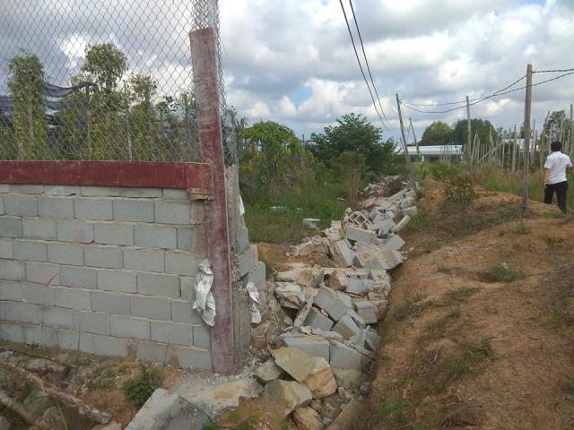 Tường rào vườn nhà ông Năng bị phá ngày 19/4/2019.
