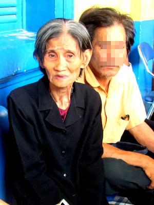 Bà ngoại nạn nhân bị lái xe ô tô cho xe cán qua ba lần sau khi gây tai nạn, xin giảm án cho tài xế máu lạnh