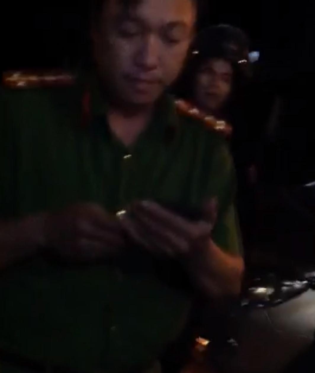 Đại úy Phạm Quốc Hưng xuất hiện trước cửa nhà bà Nguyễn Thị Hòa chiều tối 30/10/2018.