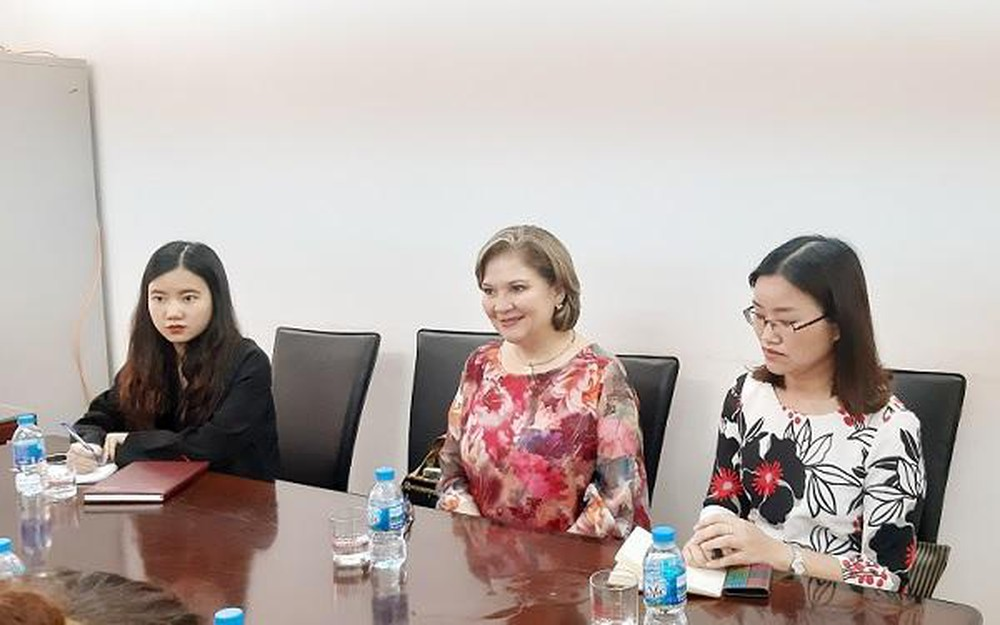 Mrs. Claudi Zambrano (center) - Chairwoman of the Colombian Chamber of Commerce in Vietnam.