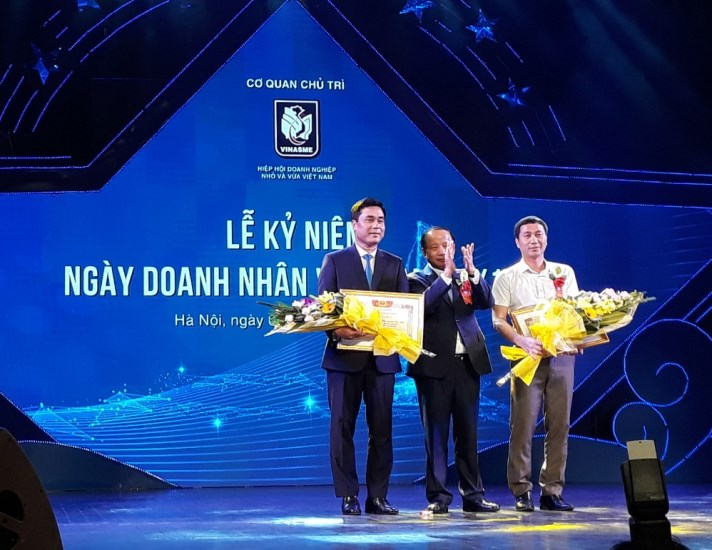 Mr. Nguyen Van Than - Chairman of Vietnam Association of Small and Medium Enterprises gave the Certificate of Merit to Business Association of Hoa Binh province and Ha Giang Province for their outstanding achievements in 2018.
