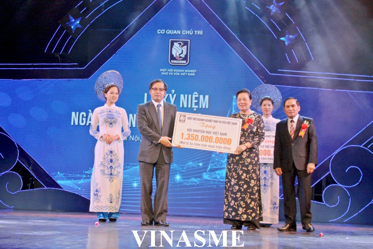 Mr. To Hoai Nam - Standing Vice Chairman and General Secretary of Vietnam Association of Small and Medium Enterprises gave VND 1.35 biliion to the Vietnam Study Encouragement Association Scholarship Fund and VND 500,000,000 for Vietnam Children Support Fund.