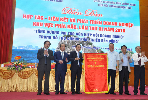 The leader of Quang Ninh business association handed over the circulating flag to Phu Tho business association to host the 12th Forum.