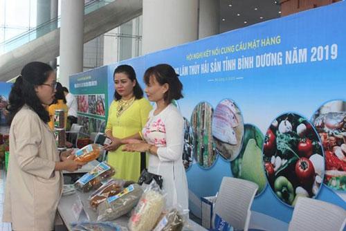 Đại diện bộ phận thu mua của BIgC kết nối với cơ sở sản xuất miến gạo Loan Hảo tại Hội nghị kết nối cung cầu tại Bình Dương