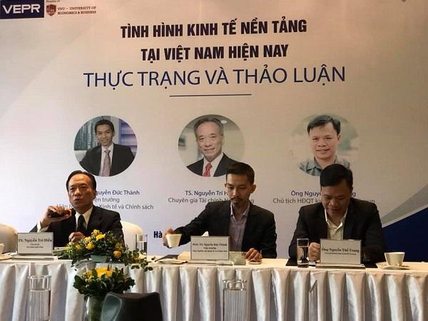 Chuyên gia Nguyễn Trí Hiếu (bên trái) phát biểu tại buổi Tọa đàm về kinh tế nền tảng.