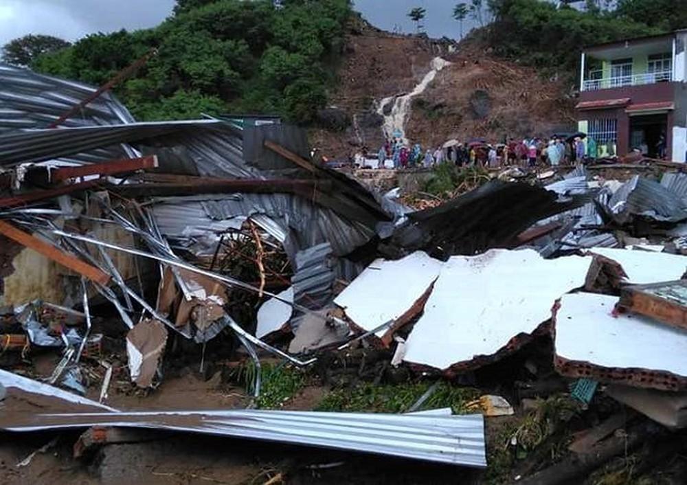 """""""Nhân tai"""" kinh hoàng do xây dựng trái phép gây sạt lở núi tại Nha Trang trong trận mưa lũ cuối 2018 (Ảnh: VH)"""