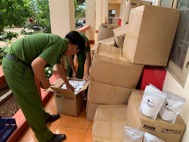 Hơn 2.000 gói mỹ phẩm ủ trắng da không rõ xuất xứ