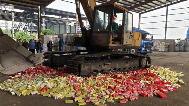 Tiêu huỷ 63 tấn hàng hóa vi phạm trị giá gần 6 tỷ đồng - Ảnh 1.