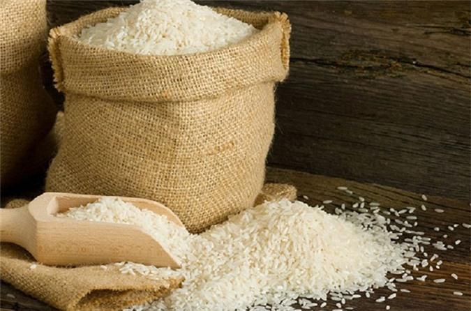 Ủ trái cây trong thùng gạo là một cách dân gian rất hiệu quả.