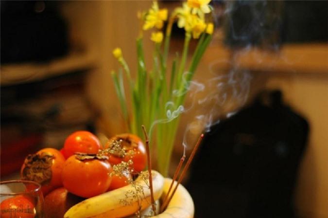 Trái cây tiếp xúc nhiều với khói nhang sẽ nhanh chín hơn bình thường.